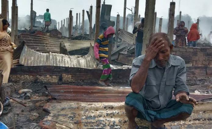 Incendio arrasa campamento de refugiados rohinya en Bangladesh