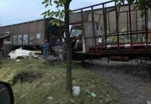 Camionero intenta ganarle el paso al tren y por poco pierde la vida