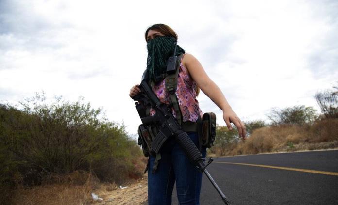 En Michoacán, las mujeres toman las armas para defenderse