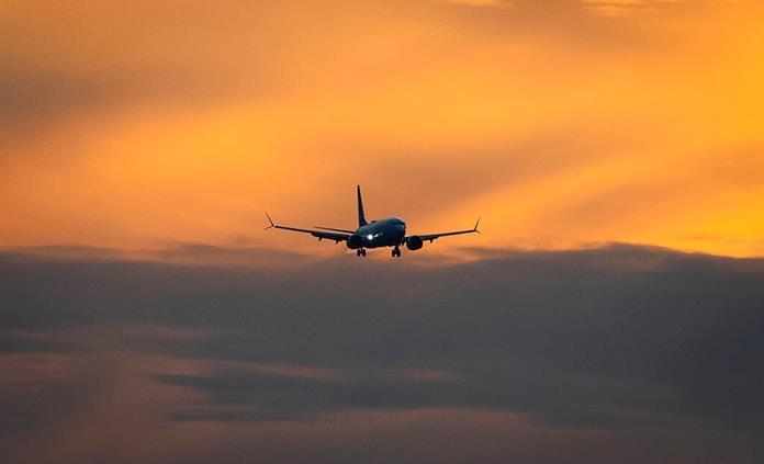 Enfermeras y un médico asisten un parto en un vuelo a Hawai