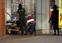 El Gobierno británico pide a los médicos que atiendan a pacientes en persona