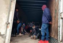 Localizan dentro de un camión a 108 migrantes