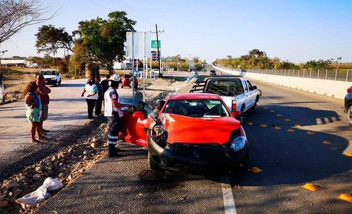 Vehículo se estrella contra camioneta en Del. El Pujal