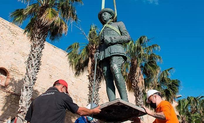 Retiran la última estatua del dictador Francisco Franco que quedaba en España