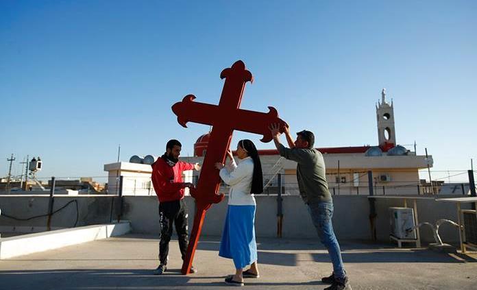 Cristianos iraquíes colocan una cruz en Qaragosh