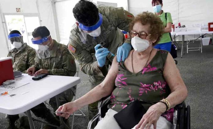 Polémica por vacunas COVID a personas adineradas en Florida