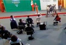 Presunto reportero se arrodilla ante AMLO para pedir la palabra