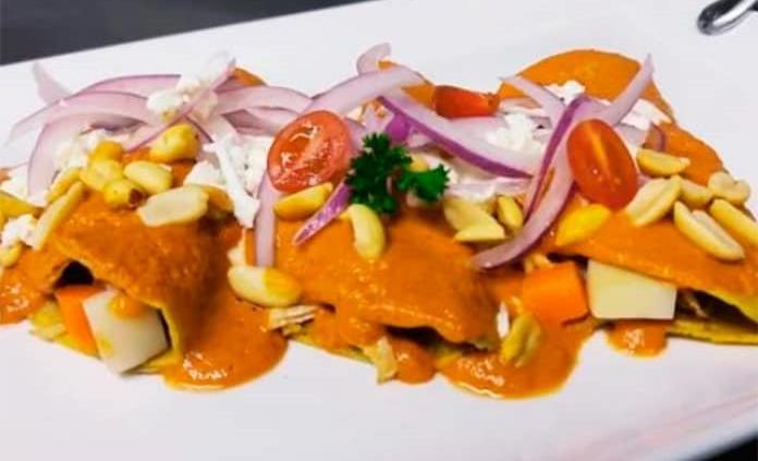 Prepara enchiladas en salsa de cacahuate al estilo San Luis Potosí