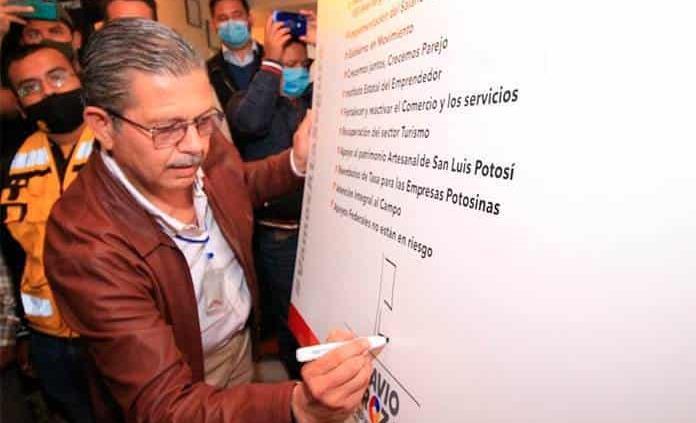 Firma Octavio Pedroza compromisos de su eje económico en Matehuala