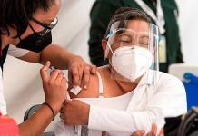 Vacunan al personal de centros de salud