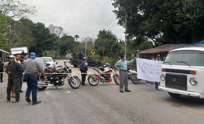 Por bloqueo carretero en Valles, muere hombre que era trasladado por enfermedad