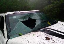Camioneta llena de turistas cae a barranco; una joven murió