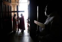 Detienen a un cura y un vicario por celebrar una misa sin medidas anticovid en París