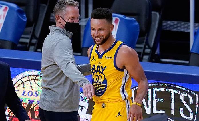 Stephen Curry vuelve a superar los doscientos triples en una temporada