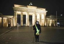 La parca recorre Berlín en protesta de artista brasileño