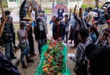 Zapatos con flores para recordar a los caídos en las protestas de Birmania