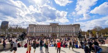 Los británicos lloran en Buckingham la muerte de su abuelo