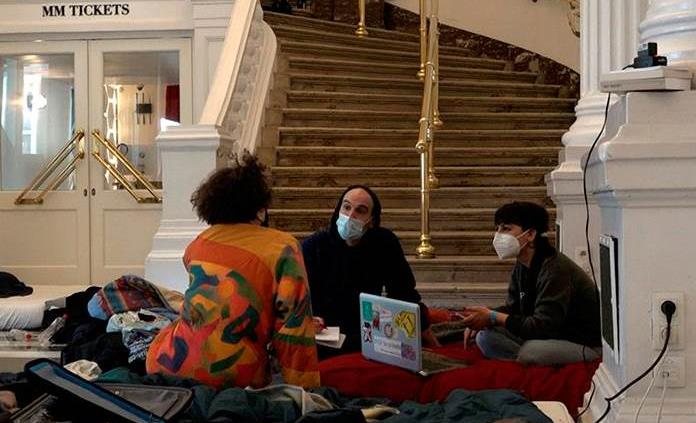 Okupas en la ópera de Bruselas, un símbolo de la resistencia a las restricciones