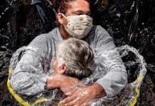 Primer abrazo en pandemia, del danés Mads Nissen, World Press Photo del año