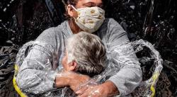 Primer abrazo en pandemia, del danés Mads Nissen, World Press Photo del año