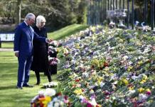Carlos y Camila contemplan los tributos florales de los ciudadanos al duque