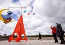 Calder y Plaza Sésamo se funden en la nueva escultura de la azotea del Met