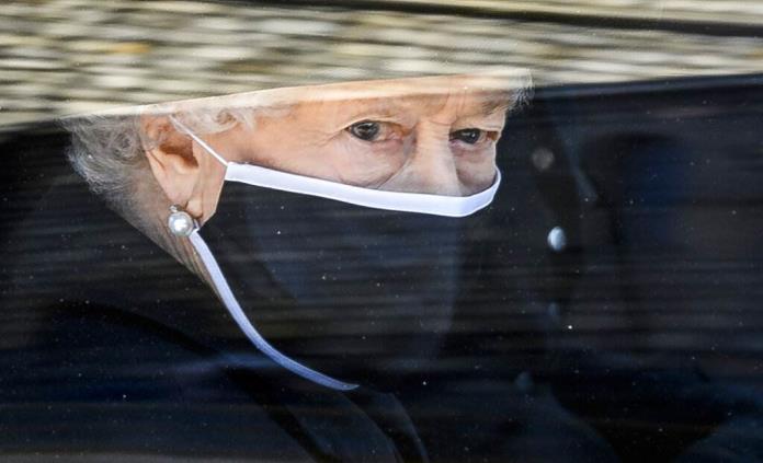 Isabel II cumple mañana 95 años sin el duque de Edimburgo y con una crisis familiar