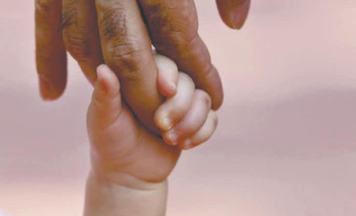 Padres de niña piden ayuda para operarla