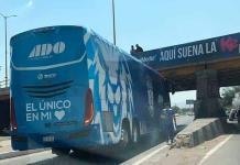 Se atora autobús de los Tuzos del Pachuca en un puente