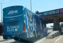 Autobús de Tuzos de Pachuca se atora en puente del bulevar Río Santiago