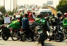 VIDEO: Repartidores de plataformas digitales bloquean carretera 57
