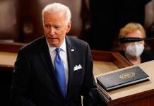 """Es hora de que grandes empresas y ricos paguen de forma justa; """"Wall Street no construyó EU"""", dice Biden"""