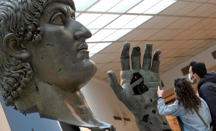 Roma reconstruye la mano colosal del emperador Constantino