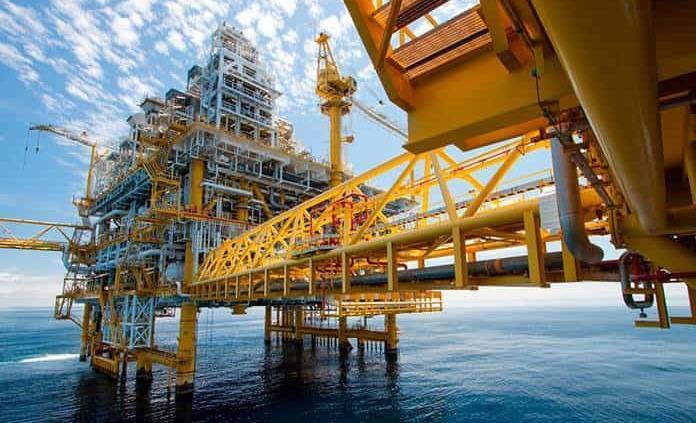 El crudo se desploma tras el pacto de la OPEP+ y por nuevos miedos a la covid