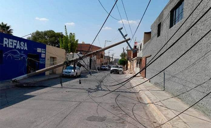 Cae cableado de la CFE en la calle Hidalgo de Soledad; hay apagón en la zona