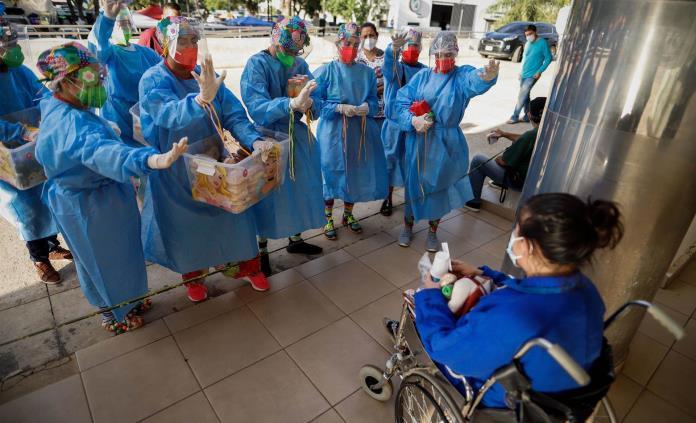 Doctores payasos le dan esperanza a familiares de pacientes covid en Paraguay