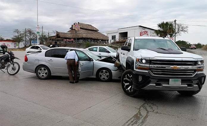 Fuertes daños deja percance vehicular