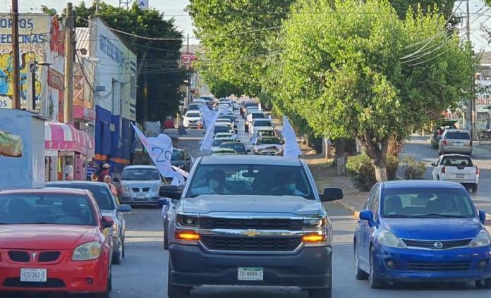 Con caravana de automóviles, Sección 26 del SNTE conmemora el Día del Trabajo