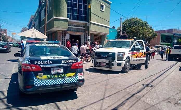 Motociclista derrapa, choca en fachada de inmueble y muere