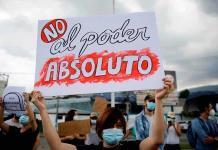 Destituciones en El Salvador prenden las alarmas de la comunidad Internacional