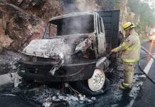 Arde tráiler, por falla mecánica