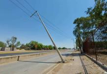 Advierten sobre riesgo por un poste a punto de caer en la carretera a Matehuala