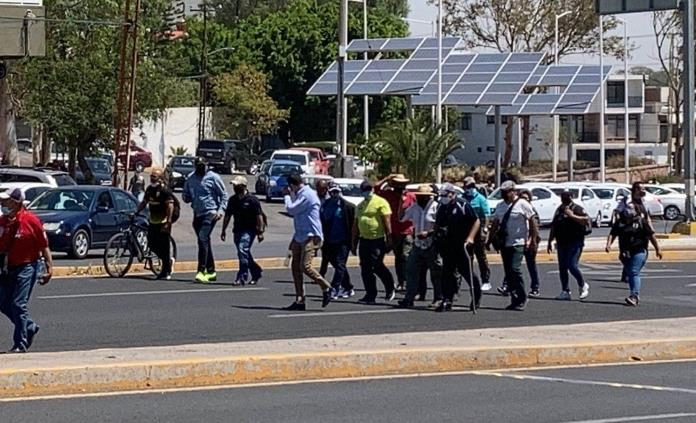 Policías bloquean Salvador Nava y protestan en Casa de Gobierno