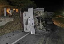 Camión cargado de caña vuelca en Valles