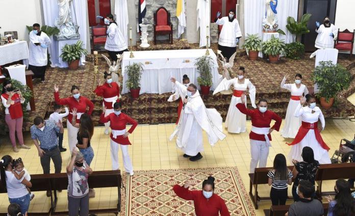 Sacerdote se hace viral con canción del COVID
