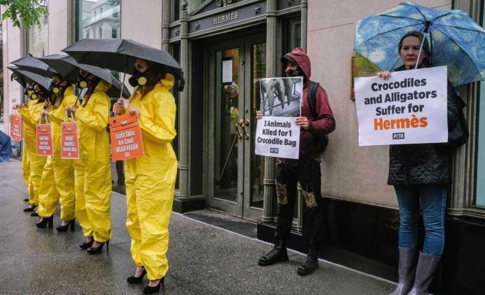 PETA protesta ante la tienda neoyorquina de Hermès por su uso de pieles