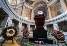 El polémico esqueleto de un caballo cuelga ya sobre la tumba de Napoleón