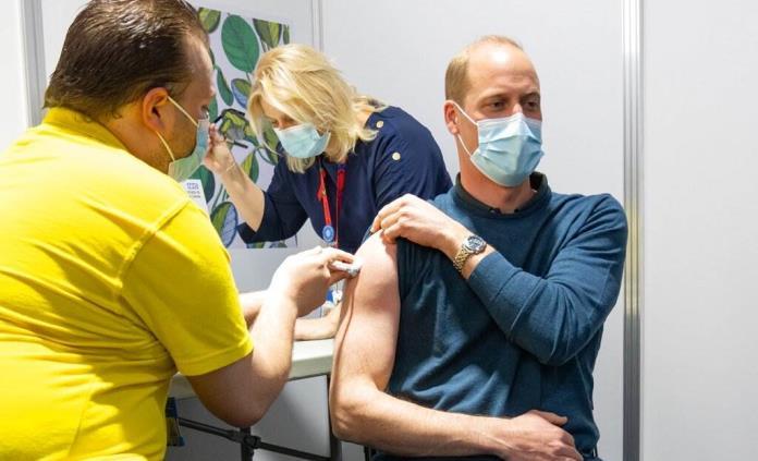 El príncipe Guillermo se vacuna contra el COVID-19