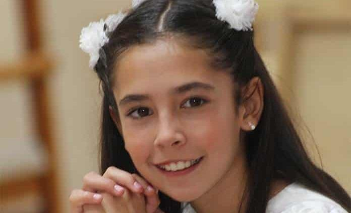 Valentina Tanus Guerrero recibe la comunión