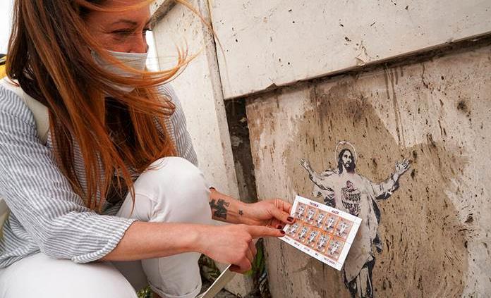 Demandan al Vaticano por usar arte callejero en un sello